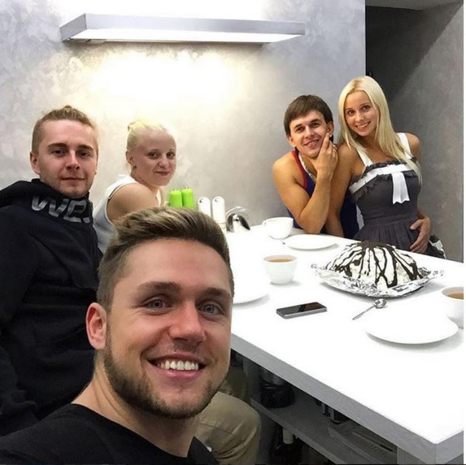 Влад Соколовский с друзьями. Улыбается шире всех.
