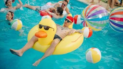 Группа «Агонь» устроила жаркую вечеринку у бассейна