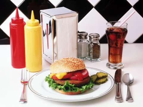 Фастфуд и этикет: как правильно есть бургеры